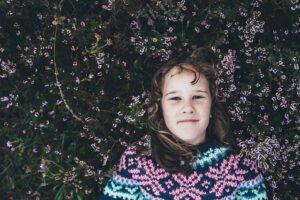 Mosolygó kislány virágok között